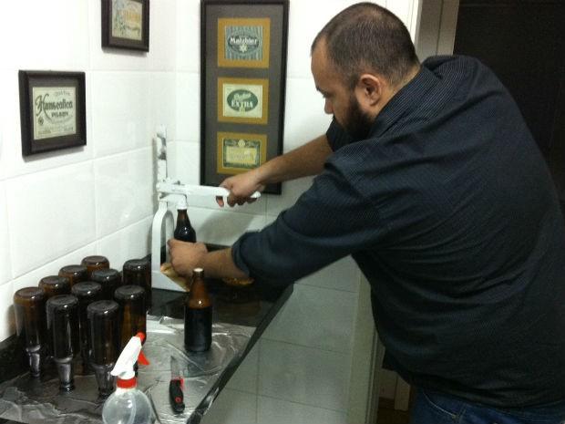 O cervejeiro engarrafou dois tipos de cerveja para o Concurso Nacional (Foto: Fernando Castro/G1)