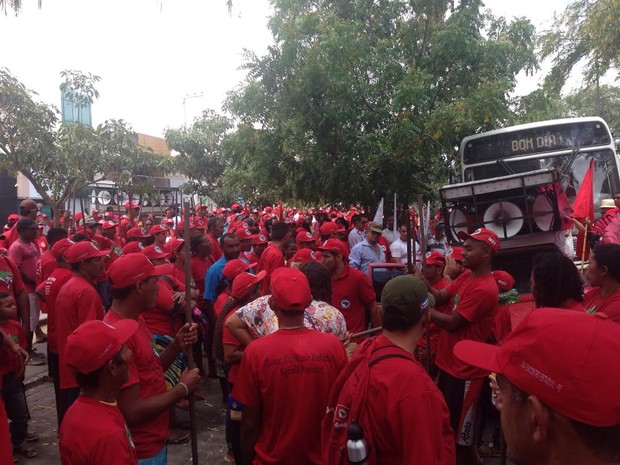 Integrantes do Movimento de Trabalhadores Sem Terra (MST) participam de mobilização em Caruaru (Foto: André Hilton/ G1)