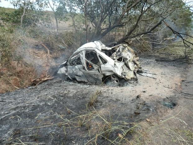 Veículo capotou, bateu em uma árvore e pegou fogo (Foto: Divulgação/Sgt. Martins/Corpo de Bombeiros)