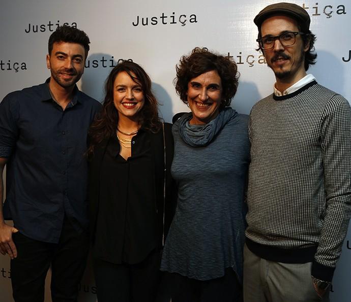 Manuela Dias e a equipe de roteiristas da minissérie 'Justiça' (Foto: Ellen Soares / Gshow)