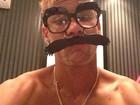 Em clima de carnaval, Neymar se disfarça com óculos e bigodão