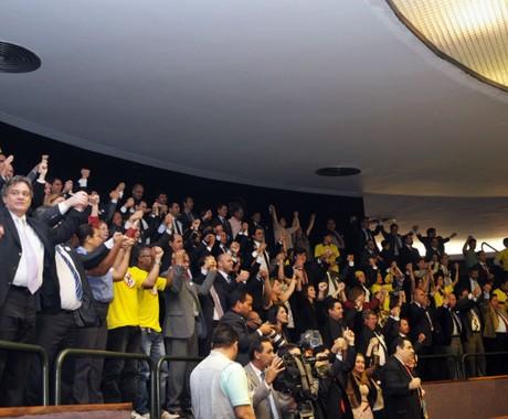 A comemoração nas galerias do plenário da Câmara após a derrubada da PEC 37 (Foto: Luis Macedo/Câmara dos Deputados)