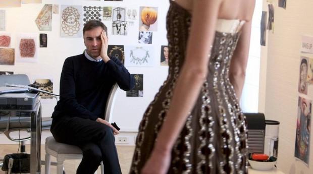 Raf Simons numa cena do documentário 'Dior e Eu'; estilista pediu demissão nesta quinta-feira (22) (Foto: Divulgação)