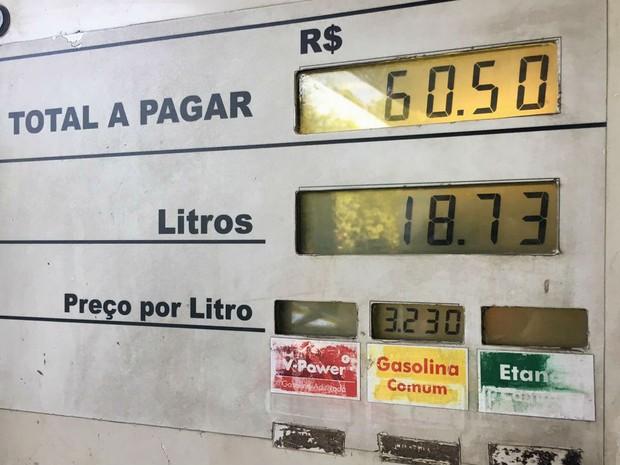 Bomba de gasolina em posto da 109 Norte registra preço do combustível a R$ 3,23 o litro nesta segunda-feira (17) (Foto: Luiza Garonce/G1)