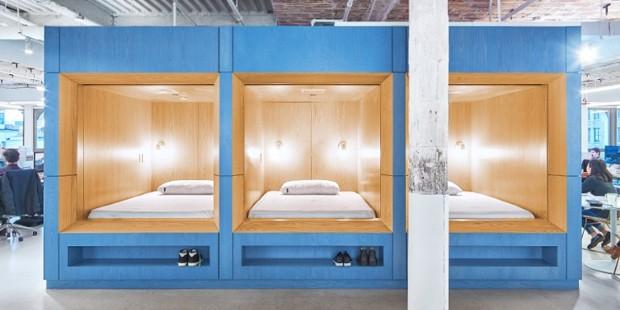 O espaço para sonecas conta com três camas grandes. A empresa também incentiva reuniões informais nos espaços (Foto: Reprodução)
