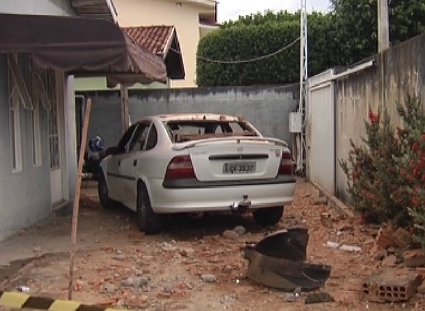 Carro invadiu residência e destruiu murro (Foto: Reprodução / TV Tem)