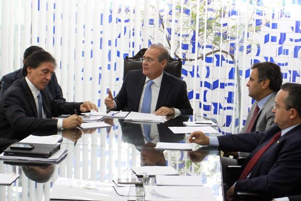 O Presidente do Senado, Renan Calheiros, participa de reunião com líderes da casa, em Brasília (Foto: Ailton de Freitas / Agência O Globo)