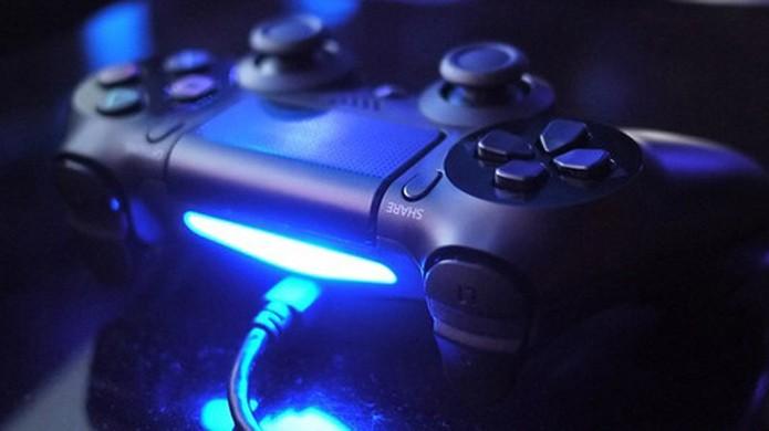 Barrra de luz do DualShock 4 tem vários usos que ajudam na imersão em jogos como GTA 5, Destiny e outros (Foto: Niche Gamer)