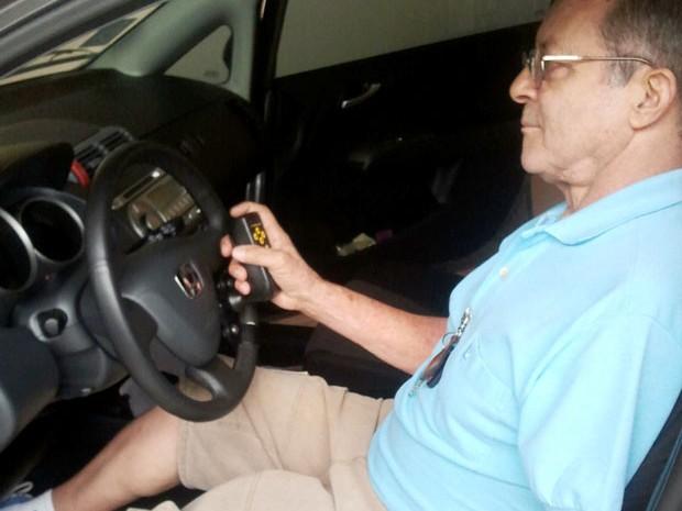 Sem um braço, motorista é acusado de dirigir falando ao celular em São José 3 (Foto: Ana Paula Cunha/G1)