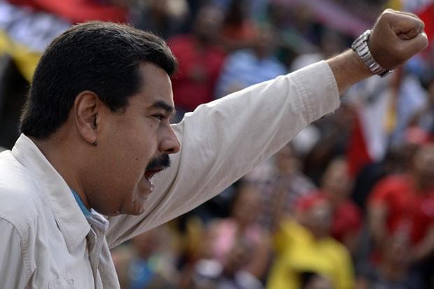 O presidente da Venezuela, Nicolas Maduro, durante discurso a seus apoiadores em Caracas nesta quinta-feira (12) (Foto: Federico Parra/AFP)