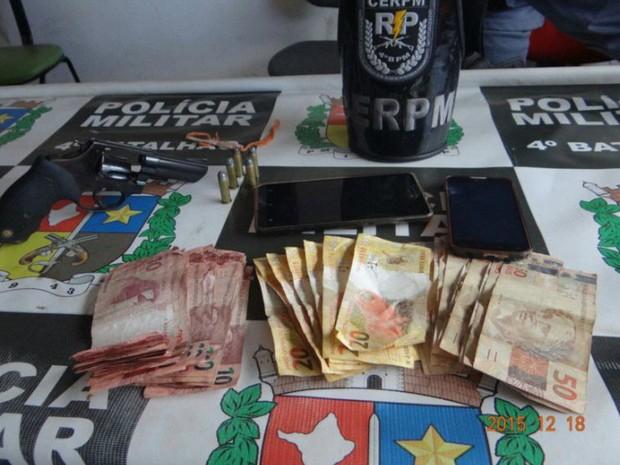 Arma, celulares, dinheiro, PM, amapá, Macapá, santana, assalto, (Foto: PM/Divulgação)