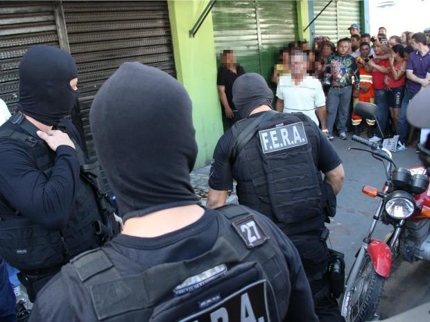 Condutor da moto estava com a camisa de identificação de mototaxista (Foto: Jamile Alves/G1 AM)