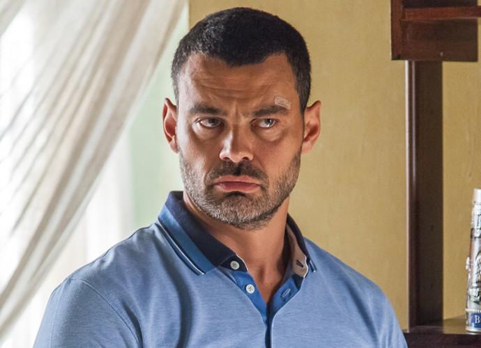 Personagem de Carmo Dalla Vecchia não revela nada sobre o seu passado (Foto: Artur Meninea/ Gshow)