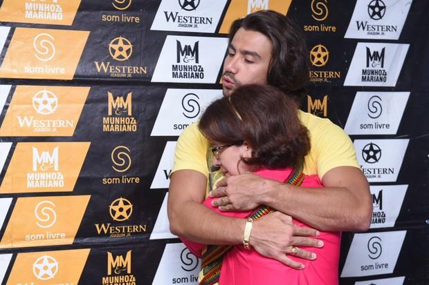 Mariano abraça fã no camarim (Foto: Arnaldo Muniz/Ag.News)
