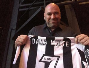BLOG: Em Cannes, Dana White é presenteado com camisa personalizada do Botafogo