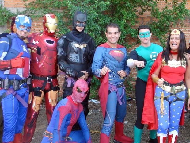 Grupo de heróis se prepara para rapel em hospital de Piracicaba (Foto: Eduardo Marins/EPTV)