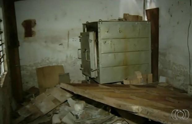 Sala de casa usada por artista para criar obras está destruída (Foto: Reprodução/TV Anhanguera)