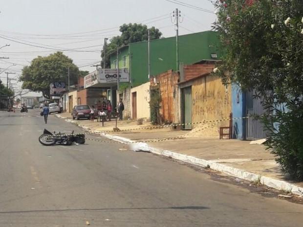 Idosa de 76 anos foi atropelada por motocicleta ao atravessar rua em Goiânia Goiás (Foto: Divulgação/Dict)