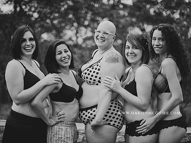 Mulheres posam para fotógrafa após terem filhos (Foto: Darien McGuire/Divulgação)