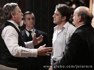 Viktor procura Ernest e diz que ele foi o responsável por matar Sílvia (Foto: Fábio Rocha/TV Globo)