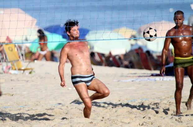 Marcelo Serrado joga futevôlei no Leblon (Foto: André Freitas / AgNews)