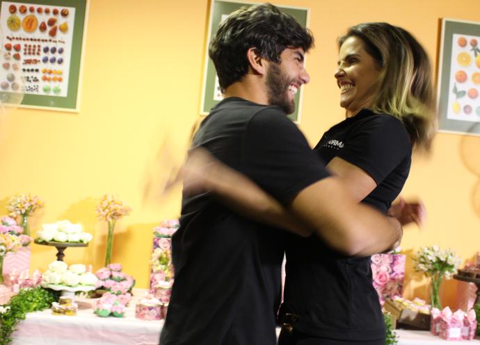 Deborah Secco abraça o marido, Hugo Moura (Foto: Maria Eduarda Freitas/Gshow)