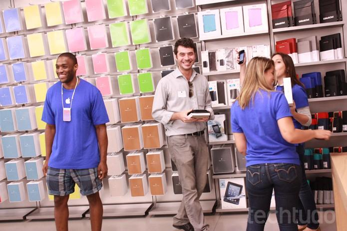 Cliente na Apple Store (Foto: Allan Melo / TechTudo)