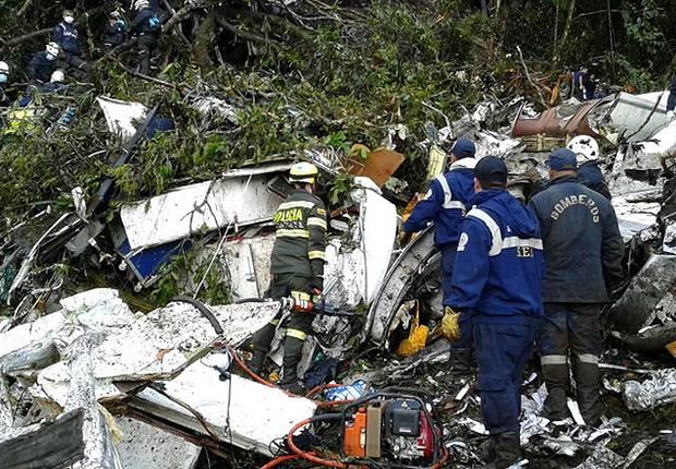 Policiais fazem buscas na área em que o avião da companhia aérea Lamia, que transportava o time da Chapecoense, caiu próximo a La Cepa, na Colômbia (Foto: Reprodução/Twitter Polícia de Antioquia)