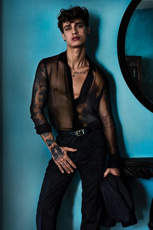 Jonathan Bellini na Vogue Hommes 2017 (Foto: Mario Testino)