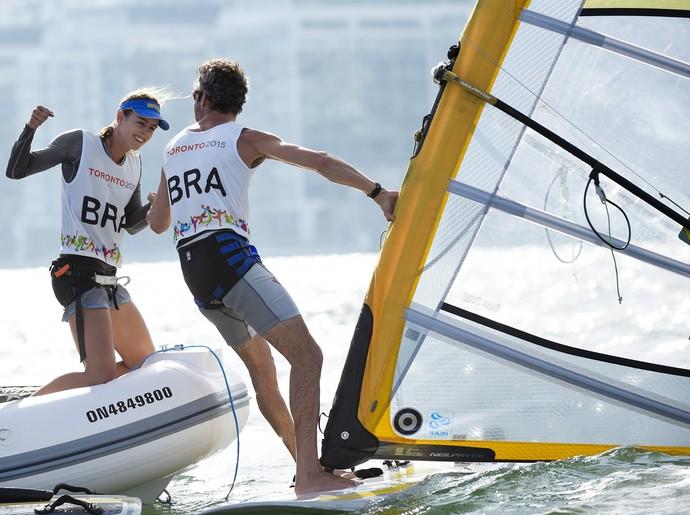 Bimba e Patrícia Freitas comemoram ouros conquistados na vela (Foto: Nathan Denette/Canadian Press via AP)