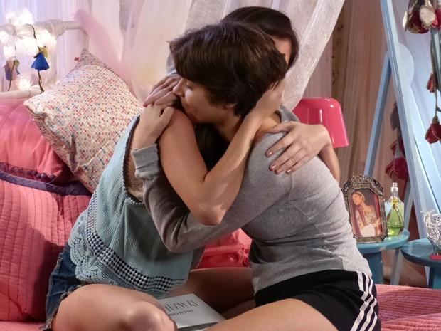 Bianca e Karina se abraçam depois de desabafo.