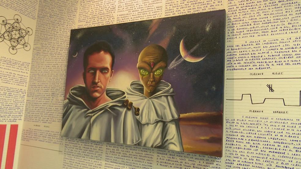 No quarto de Bruno existem quadros que mostram que ele gosta de estudar ufologia (Foto: Reprodução/Rede Amazônica Acre)