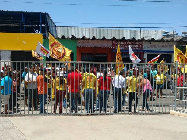 Trabalhadores realizam protesto em frente ao Paço Municipal. (Foto: Thais Jorge)