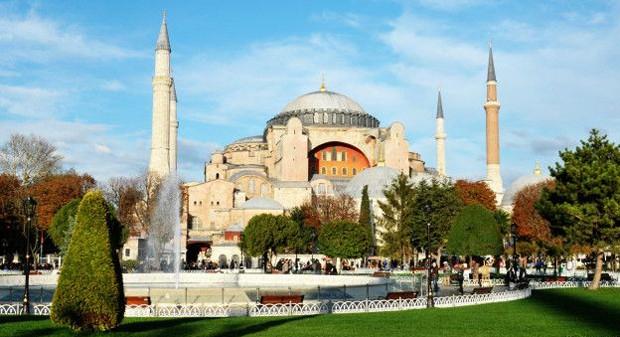 Antigamente, esse edifício em Istambul era uma basílica patriarcal ortodoxa. Depois foi uma mesquita e hoje é um museu. É conhecida pela cúpula gigantesca e era a maior Catedral do mundo até 1520, quando foi inaugurada a Catedral de Sevilha (Foto: BBC)
