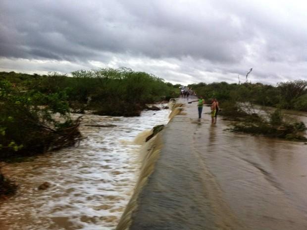 Açude transbordou e tomou conta da pista (Foto: Leonardo Ribeiro/Angicos Notícias)