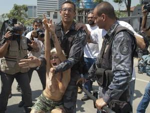 Integrante do Femen é detida pela PM por protestar com os seios de fora em ato contra desocupação do antigo Museu do Índio (Foto: CHRISTOPHE SIMON/ AFP PHOTO)