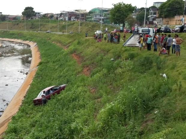 Acidente aconteceu por volta das 13h deste domingo (21) e atraiu curiosos ao local (Foto: Anderson Silva/G1 AM)