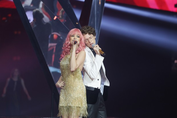 Nikki e Ayrton Montarroyos durante apresentação no The Voice (Foto: Globo / Paulo Belote)