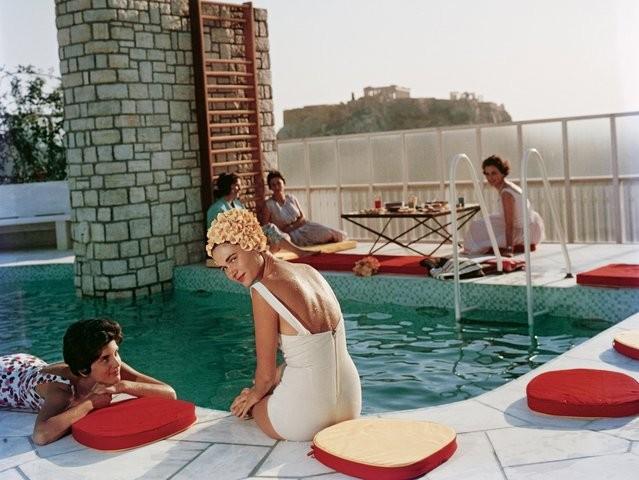 Convidados relaxar na piscina do Canellopoulos, em Athenas, 1961. (Foto: Slim Aarons/Divulgação )