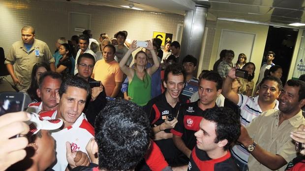 Multidão invade a madrugada e faz festa na chegada do Flamengo em João Pessoa