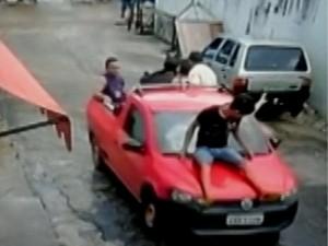 Reféns são usados como escudo durante fuga de assaltantes em Porto de Moz, no PA (Foto: Reprodução/TV Liberal)