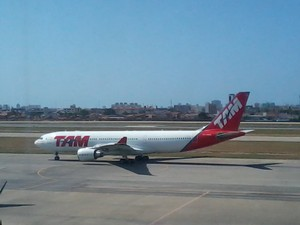 Voo JJ 9362 decolou na tarde desta segunda-feira (2) (Foto: Thiago Conrado/G1 Ceará)