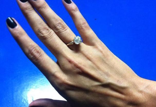 O anel de noivado da modelo com o ator Enrique Murciano  (Foto: Divulgação )