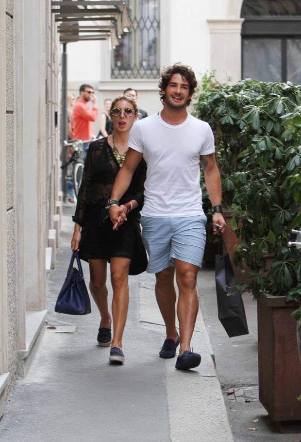 Alexandre Pato e a namorada, Sophia Siqueira Mattar, em Milão (Foto: Splash News/AKM-GSI / AKM-GSI )