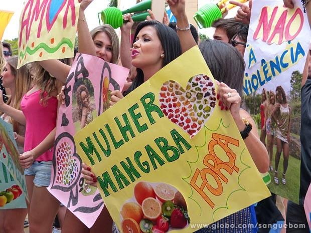 Fãs das mulheres-fruta protestam a favor de Mangaba e sua turma (Foto: Sangue Bom / TV Globo)