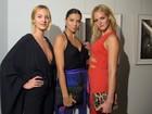 Candice Swanepoel usa decote em evento com Adriana Lima