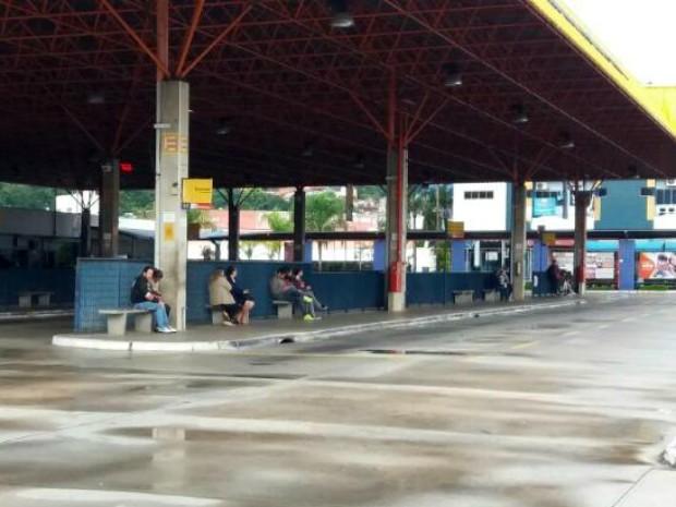 Passageiros ficaram sem ônibus no terminal em Votorantim (Foto: Jorge Silva/Gazeta de Votorantim)