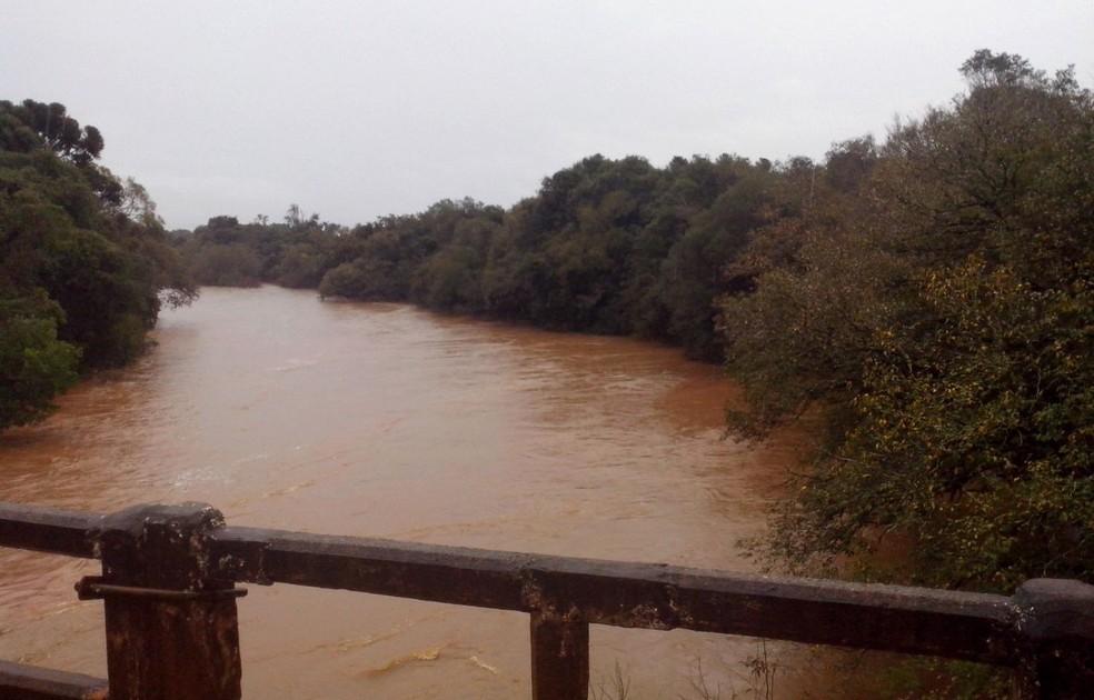Buscas a família se concentram no rio Jacuí, em Mormaço (Foto: Fábio Lehmen/RBS TV)