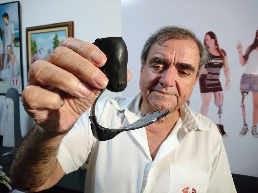 Técnico adaptou prótese e ainda fez no formato de pata (Foto: Carlos Dias/G1)