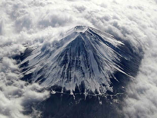 Em foto de 2 de feveiro de 2010, Monte Fuji aparece coberto de neve e cercado por nuvens (Foto: Toru Hanai/Reuters)